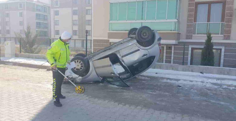 2 otomobile çarpıp takla atan araçta bir kişi yaralandı