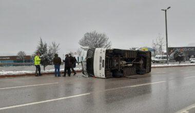 Afyonkarahisar'da servis otobüsü devrildi: 10 yaralı