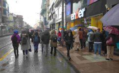 Yağan yağmur ve bulaş riski bile Eskişehirlileri alışverişten alıkoyamadı