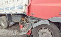 Kontrolden çıkan tır yol kenarındaki kamyona çarptı