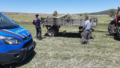 Jandarma, Dünya Çiftçiler Günü'nde traktörle tarla sürdü