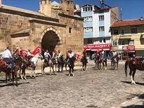 Namaz sonrası atlarına binip İsrail'i protesto ettiler