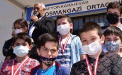 Başkan Zeybek'ten öğrencilere karne hediyesi