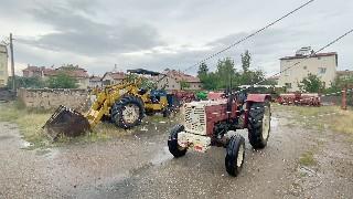 Kopan elektrik ve telefon telleri traktör ile iş makinesinin üzerine düştü