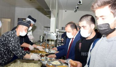 Rektör Karakaş, öğrencilerle yemek yedi