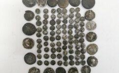 Roma dönemine ait 102 adet gümüş sikke ele geçirildi